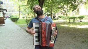 Uciekł z Babilonu boso, ale z akordeonem