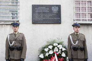 """Tablica pamięci ofiar komunizmu. """"Tu więziono i mordowano"""""""