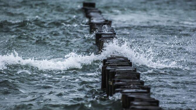 Groźny wiatr na północy, na Bałtyku sztorm. Alarmy IMGW